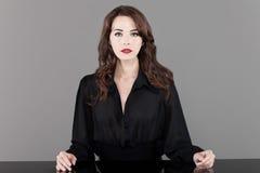 De mooie donkerbruine lijst van de vrouwenzitting Royalty-vrije Stock Foto