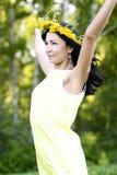 De mooie donkerbruine stijl van de vrouwenmanier in het gele idee van het kledingsconcept onderzoekt in openlucht de afstand met  Royalty-vrije Stock Foto