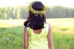 De mooie donkerbruine stijl van de vrouwenmanier in openlucht in gele kleding die gelukkig conceptenidee glimlachen om de afstand Stock Foto's