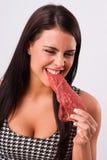 De mooie Donkerbruine Vrouw bijt de Ruwe Rode Eter van het Lapje vleesvlees royalty-vrije stock fotografie