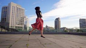 De mooie donkerbruine vrouw danst in langzame motie Royalty-vrije Stock Foto's