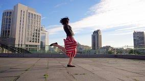 De mooie donkerbruine vrouw danst in langzame motie Stock Fotografie