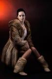 Vrouw in de bontjas en de schoenen van de luxewinter Royalty-vrije Stock Foto's