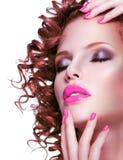 De mooie donkerbruine vrouw met helder maakt omhoog en manicure Royalty-vrije Stock Afbeelding