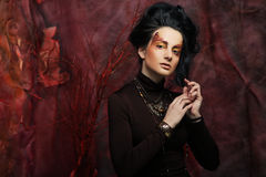 De mooie donkerbruine vrouw met heldere creatief maakt omhoog Stock Fotografie