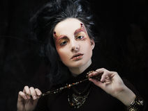 De mooie donkerbruine vrouw met heldere creatief maakt omhoog Stock Foto's