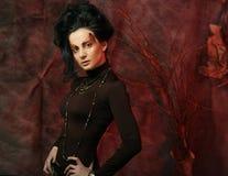 De mooie donkerbruine vrouw met heldere creatief maakt omhoog Royalty-vrije Stock Foto's