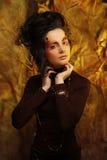 De mooie donkerbruine vrouw met heldere creatief maakt omhoog Royalty-vrije Stock Afbeelding