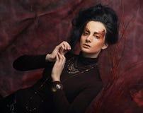 De mooie donkerbruine vrouw met heldere creatief maakt omhoog Royalty-vrije Stock Foto