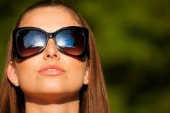 De mooie donkerbruine vrouw van de blogstijl in het modieuze kleding stellen Stock Afbeelding