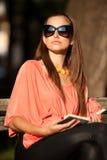 De mooie donkerbruine vrouw van de blogstijl in het modieuze kleding stellen Stock Foto