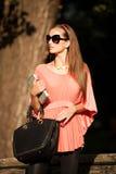 De mooie donkerbruine vrouw van de blogstijl in het modieuze kleding stellen Royalty-vrije Stock Foto