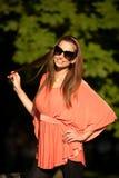 De mooie donkerbruine vrouw van de blogstijl in het modieuze kleding stellen Stock Fotografie
