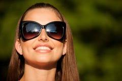 De mooie donkerbruine vrouw van de blogstijl in het modieuze kleding stellen Royalty-vrije Stock Afbeeldingen