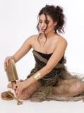 De mooie Donkerbruine Zitting van de Vrouw op de Vloer Stock Foto
