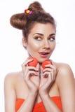 De mooie donkerbruine zoete vrouw met kleurrijk maakt en nagelt omhoog po Royalty-vrije Stock Afbeeldingen