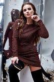 De mooie donkere van de donkerbruine korte wol het haarslijtage van de glamour sexy vrouw Stock Afbeelding