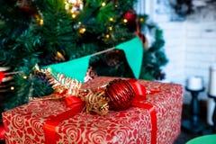 De mooie dozen van de Kerstmisgift op vloer dichtbij spar in ruimte en open haard De verrassing van de de wintervakantie De decor stock afbeelding