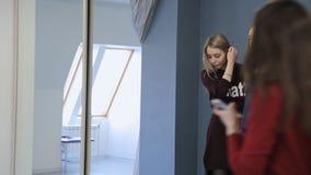 De mooie en jonge vrouwen hebben fotospruit in modelschool stock footage