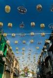 De mooie en kleurrijke vogelkooien hingen het midden van de gebouwen Stock Foto's