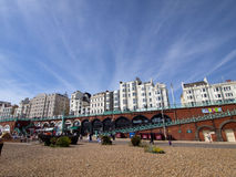 De mooie en ontspannen zomer bij het Strand van Brighton royalty-vrije stock afbeeldingen