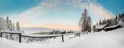 De mooie foto van de de winterzonsopgang die in bergen wordt genomen Stock Fotografie