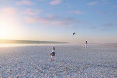 De mooie foto van de landschapsfamilie weinig kind met een stuk speelgoed stock afbeeldingen