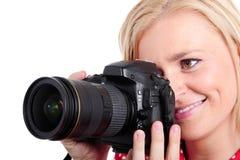 De mooie fotograaf van de blondevrouw met haar camera, op wit royalty-vrije stock fotografie
