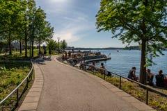 De mooie gang van de de zomerstad door het water stock foto