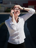 De mooie geërgerdea vrouwenbesprekingen op cel telefoneren Stock Foto's