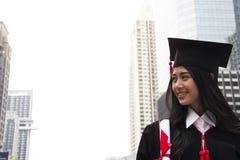 De mooie Gediplomeerde behaalt vrouwenglimlach een diploma en is gelukkig stock fotografie