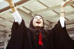 De mooie Gediplomeerde glimlach van de gediplomeerdenvrouw royalty-vrije stock fotografie