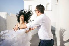 De mooie gelukkige jonggehuwden hebben pret op de straat Stock Foto