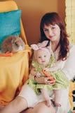 De mooie gelukkige mama is jong met royalty-vrije stock foto's