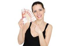 De mooie gelukkige vrouw die vele roebelbankbiljetten houden Stock Afbeeldingen