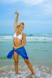 De mooie gelukkige vrouw geniet van vrijheid Royalty-vrije Stock Fotografie