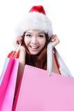 De mooie gelukkige vrouw van Kerstmis neemt het winkelen zak Stock Foto