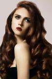 De mooie gember jonge vrouw met de stijl van het luxehaar en de manier polijsten make-up Het sexy model van de schoonheidsclose-u royalty-vrije stock foto