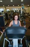 De mooie geschikte hogere vrouw in gymnastiek cardio doen werkt uit Stock Afbeeldingen