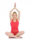 De mooie geschiktheidsvrouw die yoga doet stelt Stock Fotografie