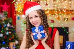 De mooie gift van het meisjes gelukkige Nieuwjaar Royalty-vrije Stock Foto