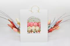 De mooie Gift van het Suikergoed met Met de hand gemaakte Bloemen Stock Afbeelding