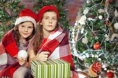 De mooie giften van de meisjesholding Kerstmis Royalty-vrije Stock Foto's