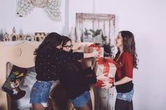 De mooie giften van de meisjesuitwisseling voor het nieuwe jaar Royalty-vrije Stock Afbeelding