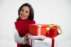 De mooie giften van Kerstmis van de vrouwenholding Royalty-vrije Stock Fotografie