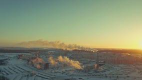 De mooie giftige stoom gaat de schoorsteen dichtbij de sneeuwwolkenkrabbers en de weg weg stock footage