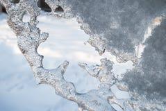 De mooie glanzende transparante ijskegels hangen op een duidelijke dag royalty-vrije stock fotografie