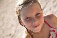 De mooie glimlach van het blondemeisje openlucht Royalty-vrije Stock Afbeeldingen
