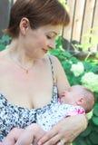 De mooie glimlachende baby van de moederholding Stock Afbeelding