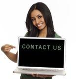 De mooie glimlachende vrouw contacteert ons computer Stock Afbeeldingen